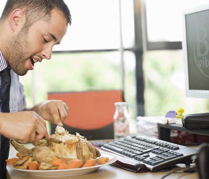 Cinci motive pentru care nu ar trebui să mănânci la birou
