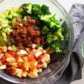 Salată cu brocoli, mere și bacon